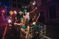 Vrienden die van op de dagviering van StPatrick ` s uit genieten op straat royalty-vrije stock afbeelding