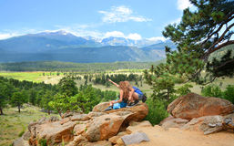 Vrienden die van stijging in de bergen van Colorado genieten Royalty-vrije Stock Foto's