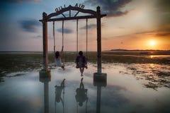 Vrienden die van zonsondergang genieten royalty-vrije stock foto's