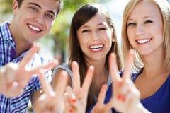 Vrienden die vredesteken tonen Stock Afbeelding