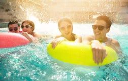 vrienden die in zwembad op de zomervakantie spelen royalty-vrije stock fotografie