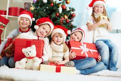 Vrienden door Kerstboom Royalty-vrije Stock Afbeelding