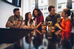Vrienden in een bar stock afbeeldingen