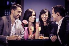 Vrienden in een restaurant Stock Fotografie