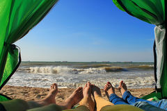 Vrienden in een tent bij de kust Stock Afbeelding