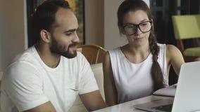 Vrienden en onderwijs, groep universitaire studenten, het herzien thuiswerk die en het voorbereiden van test bestuderen stock footage