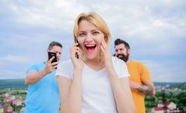 Vrienden en smartphone Portret van bezige mensen die op m spreken stock fotografie