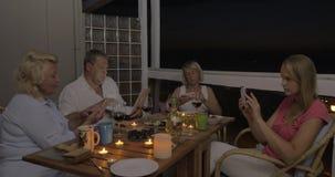 Vrienden of Familie die Tijd met Gadgets overgaan stock videobeelden