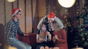 Vrienden geven giften aan hun vriend Het vieren het concept van de Nieuwjaar` s Vooravond stock video