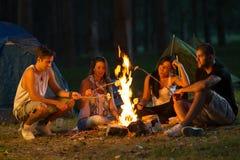 Vrienden het kamperen Royalty-vrije Stock Foto's