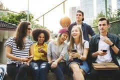 Vrienden in het park die millennial gebruiken smartphones en u kijken royalty-vrije stock afbeelding