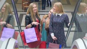 Vrienden het winkelen Twee het mooie jonge vrouwen nemen stock videobeelden