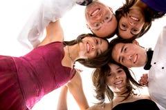 Vrienden klaar aan partij Stock Foto's