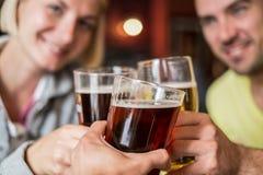 Vrienden met bier stock foto's