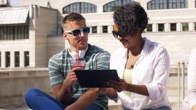 Vrienden met drank en tabletpc in stad stock footage