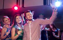 Vrienden met glazen en smartphone in club royalty-vrije stock afbeelding