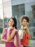 Vrienden met het winkelen zakken royalty-vrije stock foto