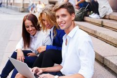 Vrienden met laptop Stock Afbeelding