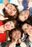 Vrienden met omhoog duimen stock afbeeldingen