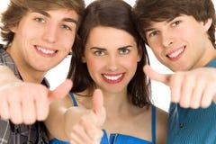 Vrienden met omhoog duimen Stock Foto's
