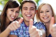 Vrienden met omhoog duimen Stock Foto