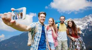 Vrienden met rugzak die selfie door smartphone nemen royalty-vrije stock foto's