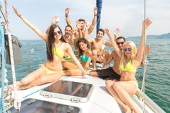 Vrienden op boot die partij hebben stock afbeeldingen