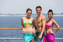 Vrienden op cruise Stock Afbeelding