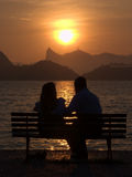 Vrienden op de zonsondergang in Rio de Janeiro Royalty-vrije Stock Foto's
