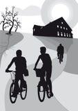 Vrienden op fietsen in het platteland Stock Foto's