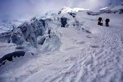 Vrienden op gletsjer Chipicalqui dichtbij grote crevases stock afbeeldingen