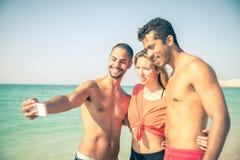 Vrienden op het strand stock afbeeldingen