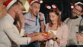 Vrienden op Kerstmis in restaurant stock video