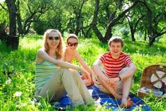 Vrienden op picknick Royalty-vrije Stock Afbeeldingen
