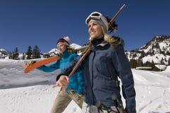 Vrienden op Sneeuw met Ski Boards stock afbeeldingen