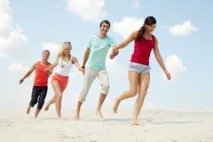 Vrienden op strand Stock Foto