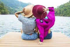 Vrienden op vakantie en openlucht stock afbeelding
