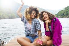 Vrienden op vakantie en reis stock fotografie