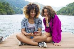 Vrienden op vakantie en reis stock foto