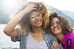 Vrienden op vakantie en reis stock afbeeldingen