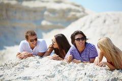 Vrienden op zand royalty-vrije stock afbeeldingen