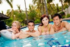 Vrienden in Pool Stock Foto's