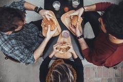 Vrienden in Snel Voedselrestaurant royalty-vrije stock foto's