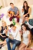 Vrienden thuis Partij stock afbeelding