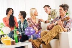 Vrienden thuis Partij Stock Fotografie