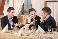 Vrienden tijdens vergadering in restaurant Royalty-vrije Stock Afbeeldingen