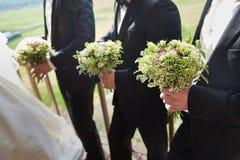 Vrienden van de bruidegom met boeketten Royalty-vrije Stock Fotografie