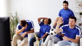 Vrienden of voetbalventilators die op voetbal thuis letten stock video