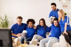 Vrienden of voetbalventilators die op voetbal thuis letten Stock Fotografie