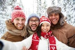 Vrienden in winterwear Stock Foto's
